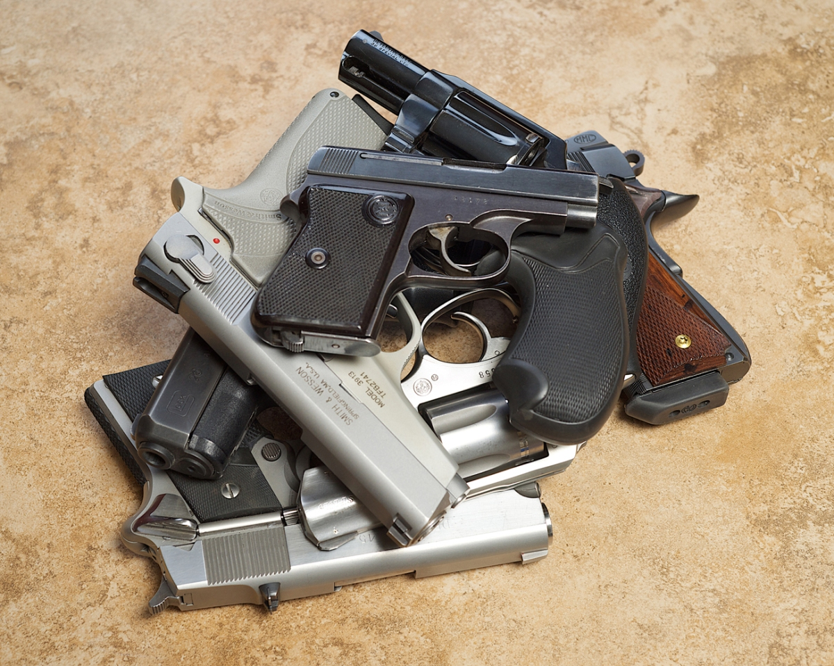 the difference between pistols and revolvers Machine guns and semi-automatic weapons, for example a machine gun is a military weapon capable of fully automatic fire that is, the weapon continues to fire until it runs out of ammunition, so long as the trigger is pulled down.